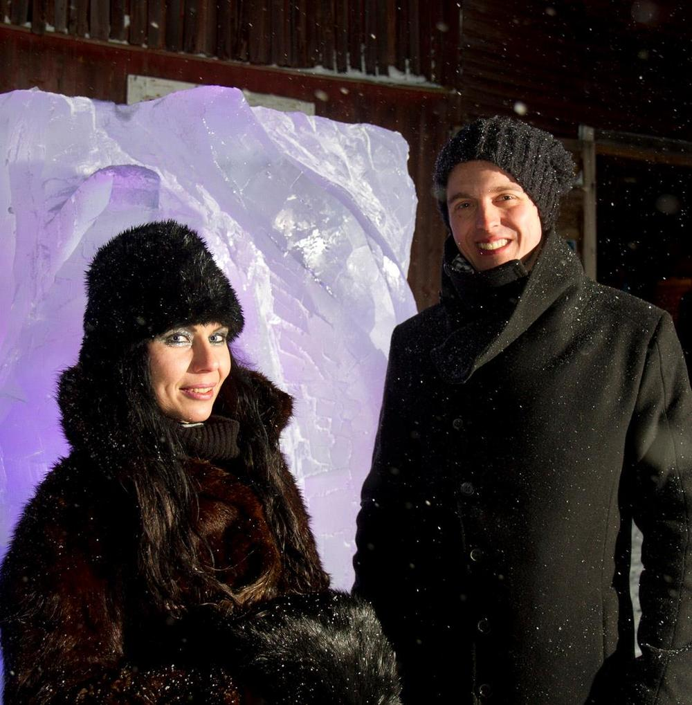 Midvinterglöd 15 december 2012 i Jättendal i 20m/sek snöstorm. Is från Ice Hotel och ice hotel skultptör Lena Kriström var på plats och skulpterade fram ett konstverk i is. Foto: Fredrik Broman