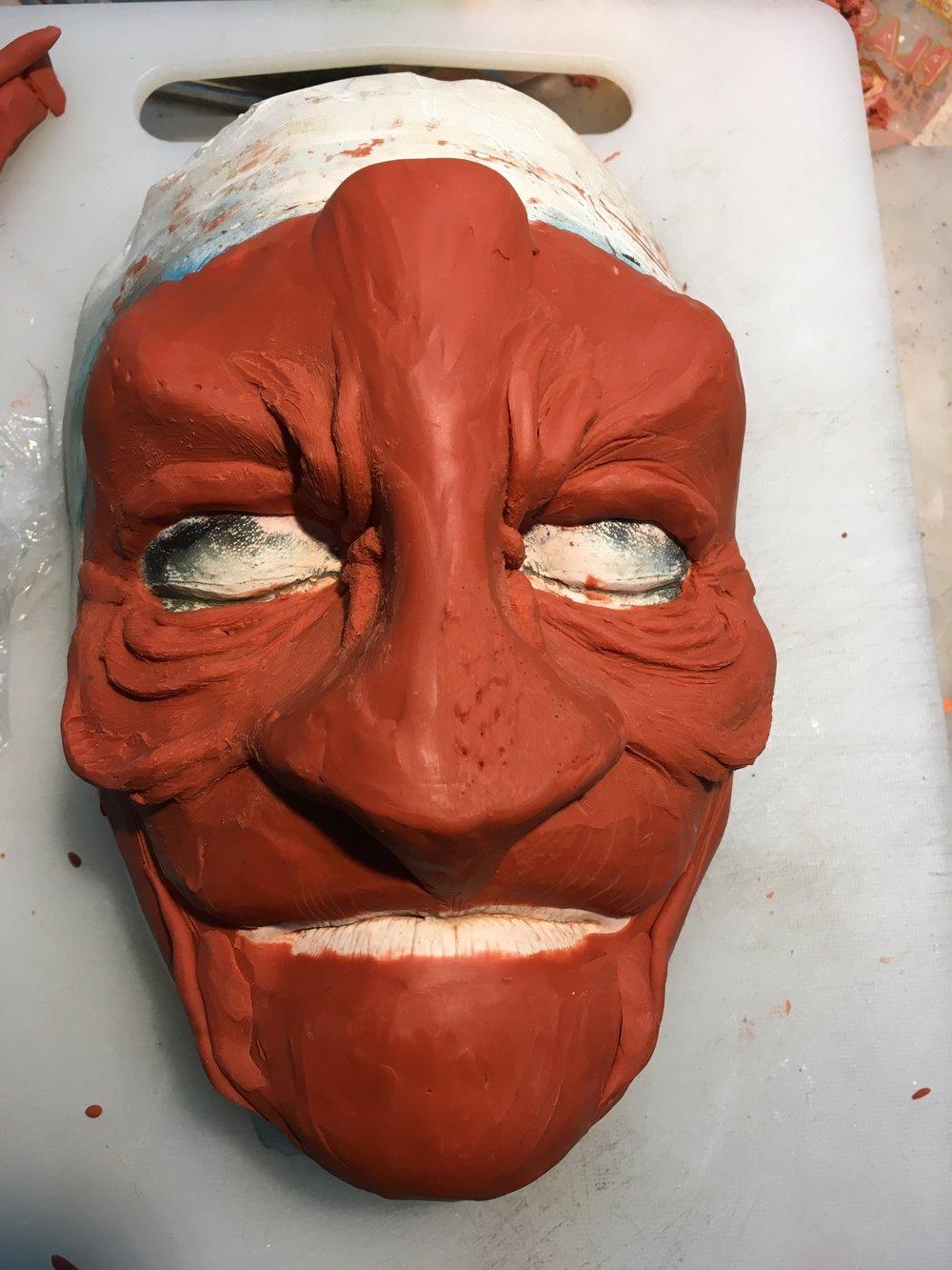 """Linda skulpterar fram sitt glödväsen i lera, med inspiration """"Femte Ljuset"""""""