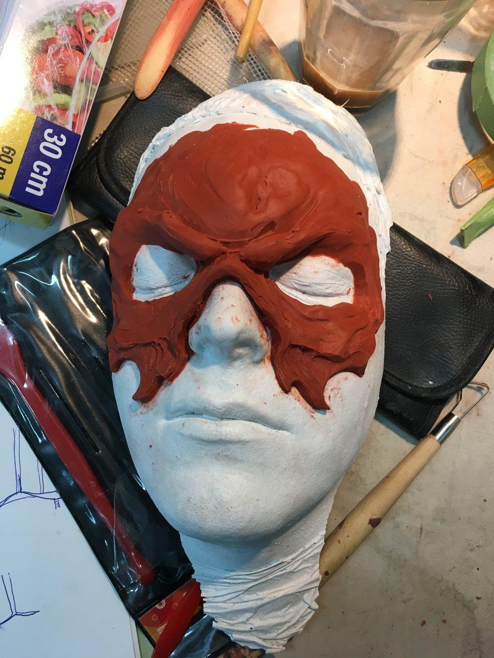 Linda påbörjade även arbetet med att skapa en väsenslik mask till Fredrik, en av arrangörerna bakom glöden..