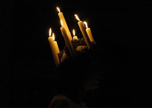 Midvinterglöd 2012 i Jättendal. Kören DIMMERAR'YN - Luciaframträdande ur djupet av folktron.