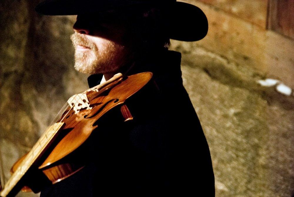 Thomas Von Wachenfeldt spelar fiol på Midvinterglöd i Jättendal.