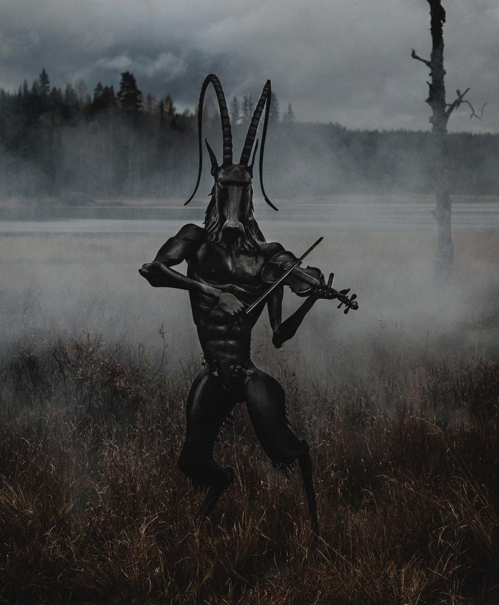 "Midvinterglöd 2012 i Jättendal. Fredrik Thelin visar smideskulptur ""Syndabocken""."