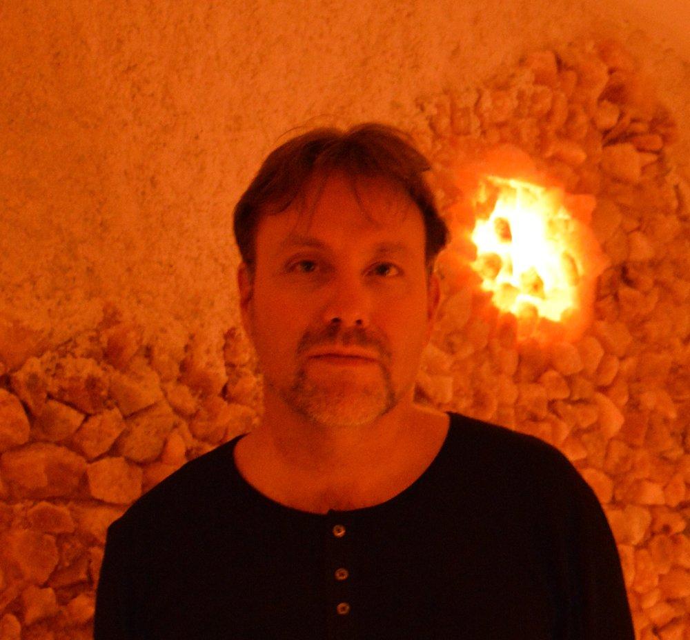 Magnus Pamp medverkar på årets Midvinterglöd med Kia Enbarr, där de tillsammans bjuder in våra besökare till en magisk sagofärd mot det okända.