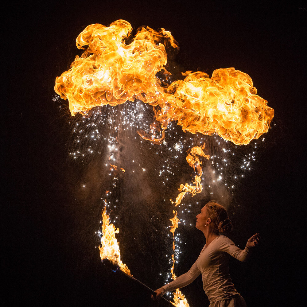 Momo Jord och Linn Lut Karinsdotter, Illumina eldshow medverkar med sin magiska eldkonst på årets Midvinterglöd 10 december 2016 i Jättendal, Hälsingland. LÄS MER OM ELDSHOWEN I DETTA BLOGGINLÄGG