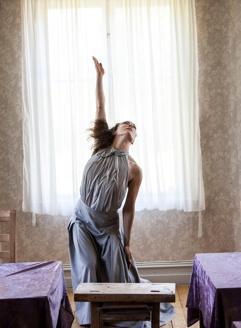 Dansaren Elin Kristoffersson uppträder med solodans på Midvinterglöd 10 december 2016