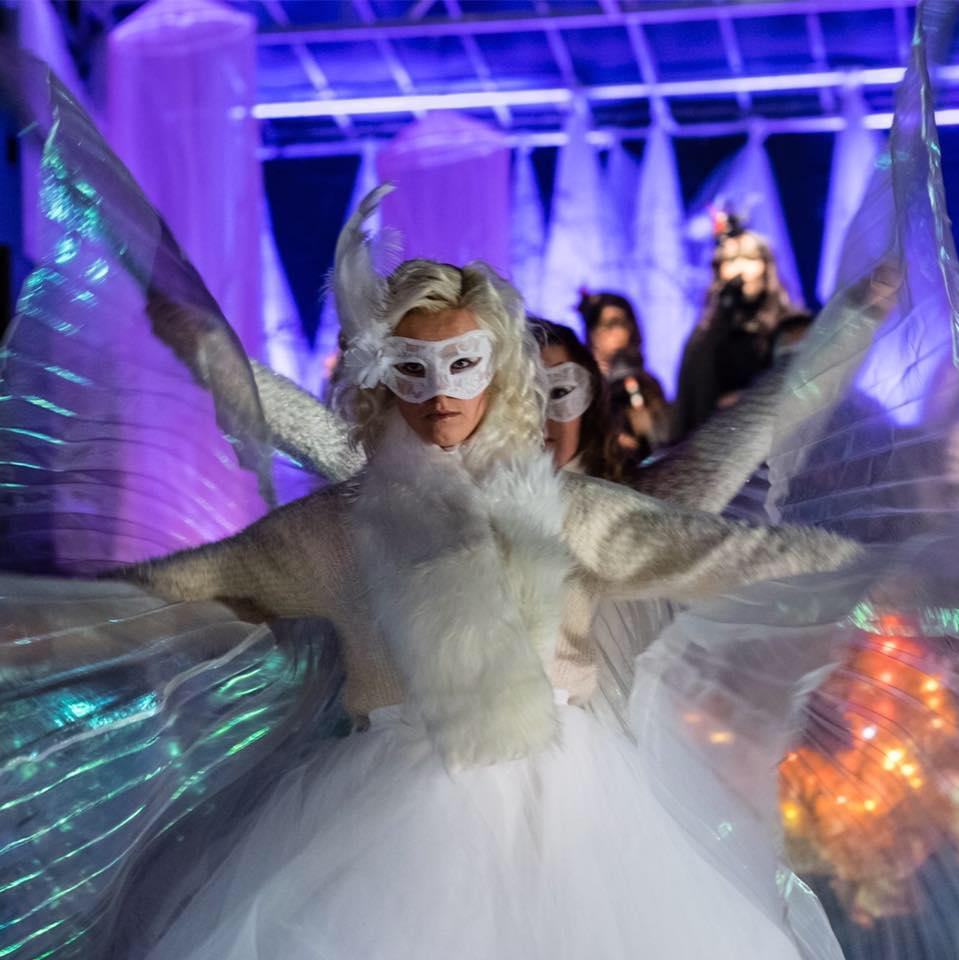 Koreograf och dansare Emelie Holmberg medverkar även i år på årets Luciashow med dans, där hon koreograferat årets dans och uppträder tillsammans med Iggesundsrevyns dansare.