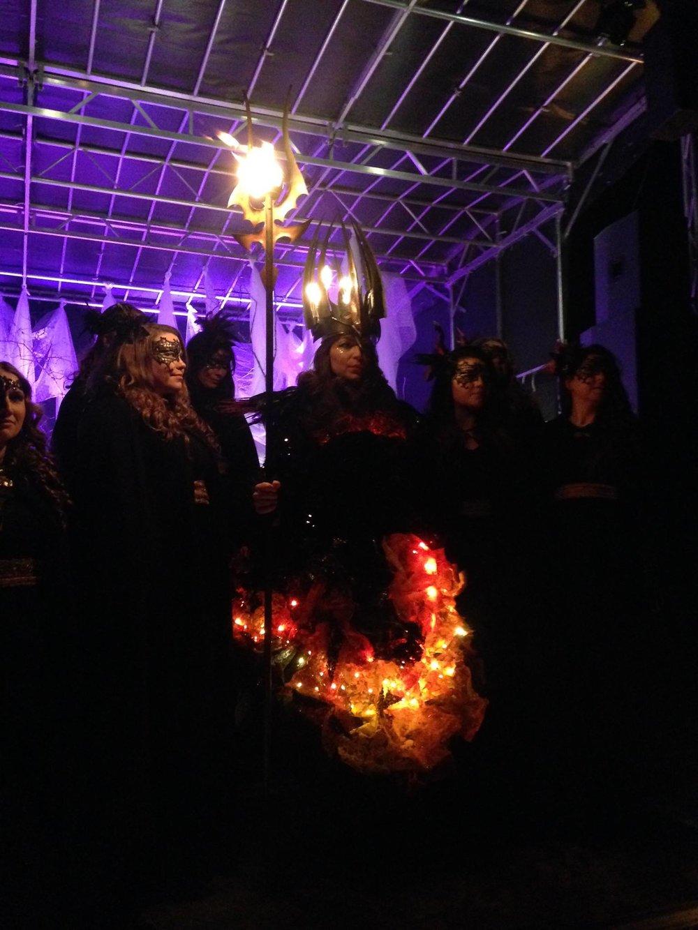 Katarina Borbos gestaltar vår Lucia i folktron. Lucians kostym designad och skapad av Petra Shara Stoor. Smideskrona och smidesstav av smeden Fredrik Thelin.