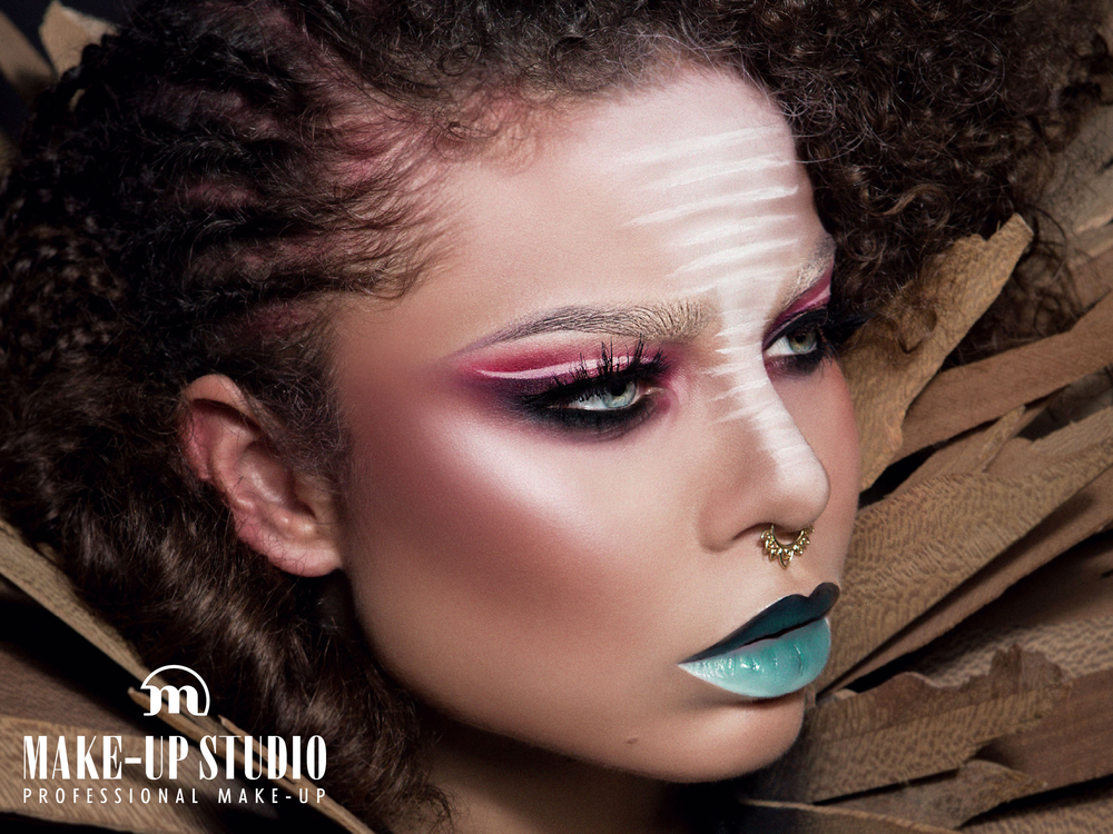 Ögonskuggor av märket Make-Up Studio finns till försäljning på julmarknaden!