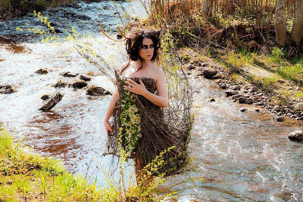 Skogsväsen vid bäck Modell: Katarina Borbos Fotograf: Petra Shara Stor / Helsinglight