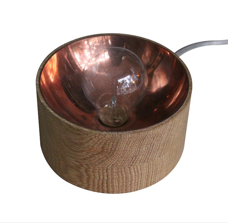 Lámpara de mesa de Álvaro Catalan de Ocon.   España.  Elaborada en madera y cobre.