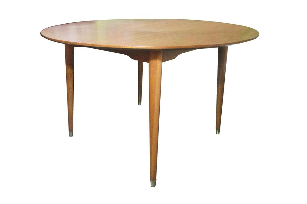Mesa de comedor Van Beuren con sello original. Elaborada en madera de caoba con casquillos de latón.