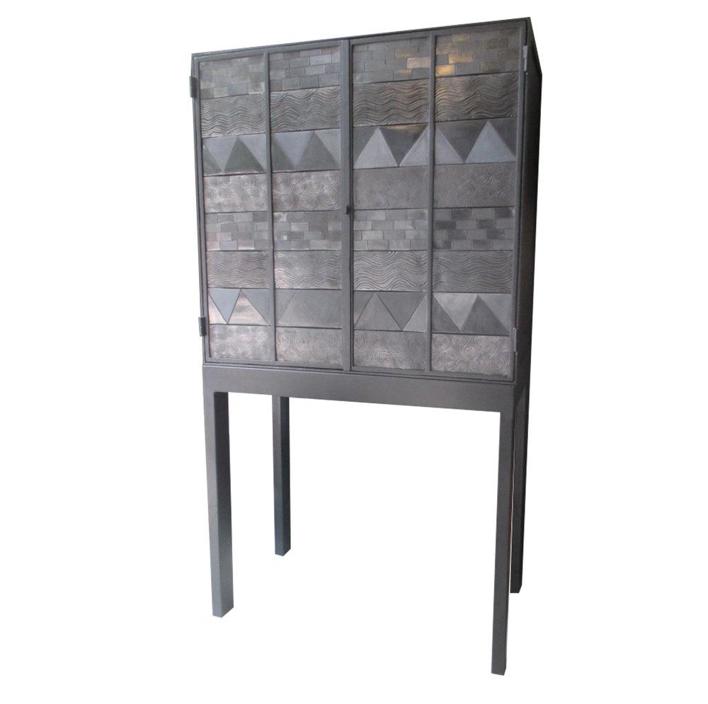 Gabinete de Miguel Arregui. Elaborado en metal con puertas de barro negro de Oaxaca e interior con iluminación