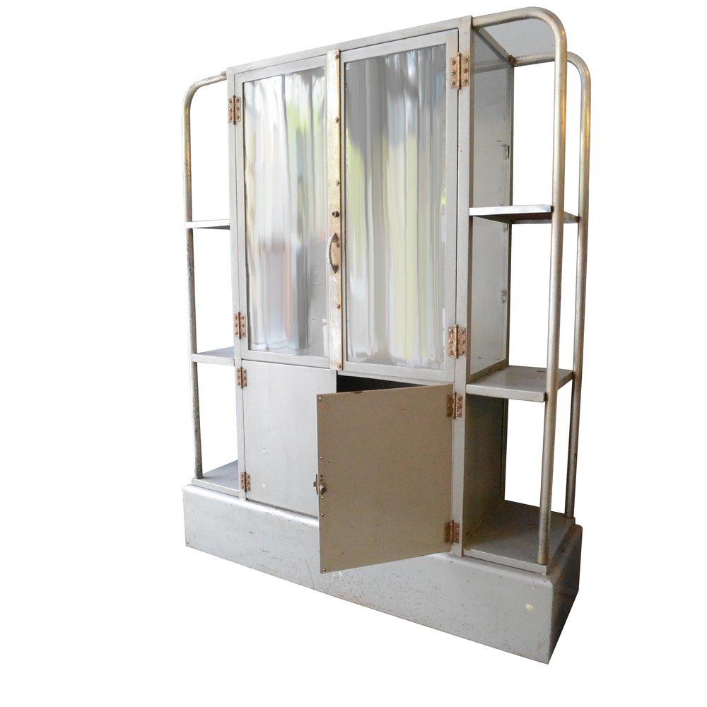 Vitrina estilo Bau Haus. Elaborada en acero con puertas de cristal.