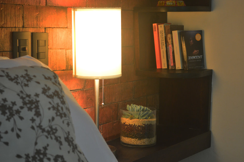 nightstand-lamp-with-USB-Port-malpais-cr.jpg