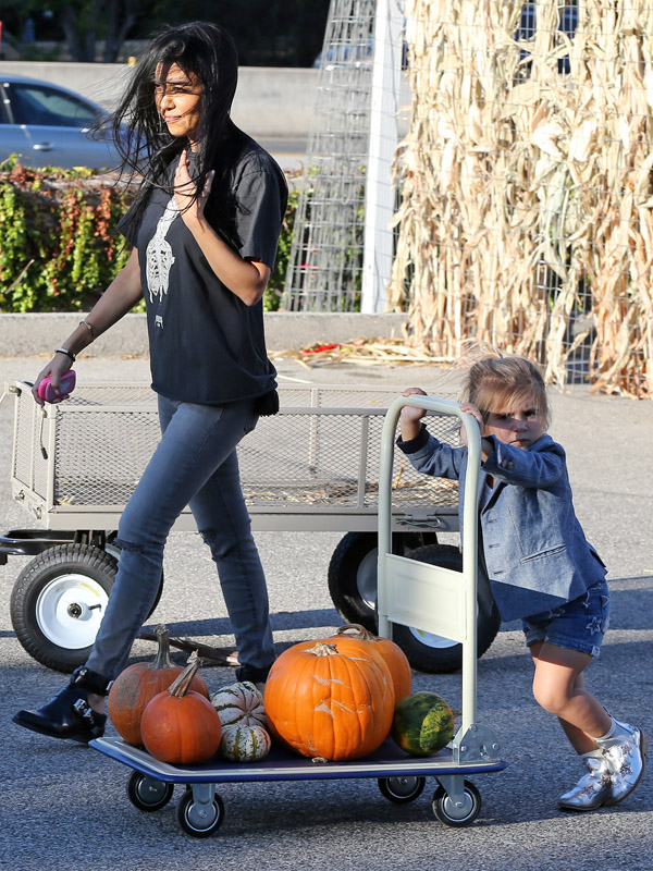 Kourtney-Kardashian-takes-Mason-and-Penelope-to-the-pumpkin-patch-in-Calabasas.jpg