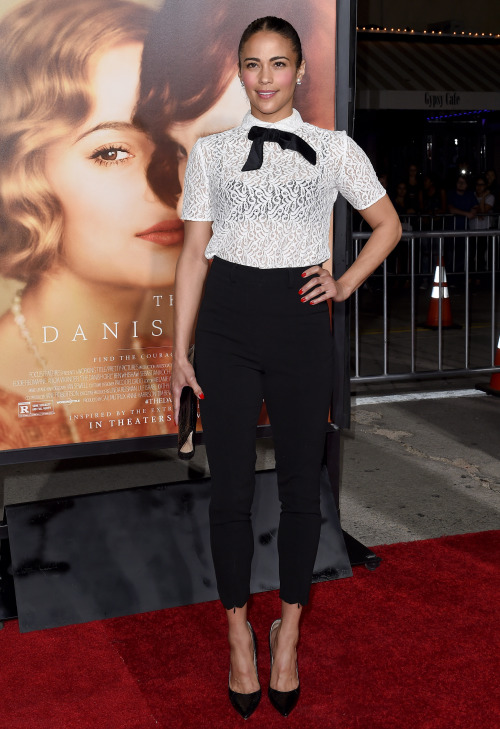 Paula Patton gave a flirty spin on the classic black and white combo in a short-sleeve lace top with a contrast neck tie and high-waist trousers at   The Danish Girl   Los Angeles Premiere. Cute no?