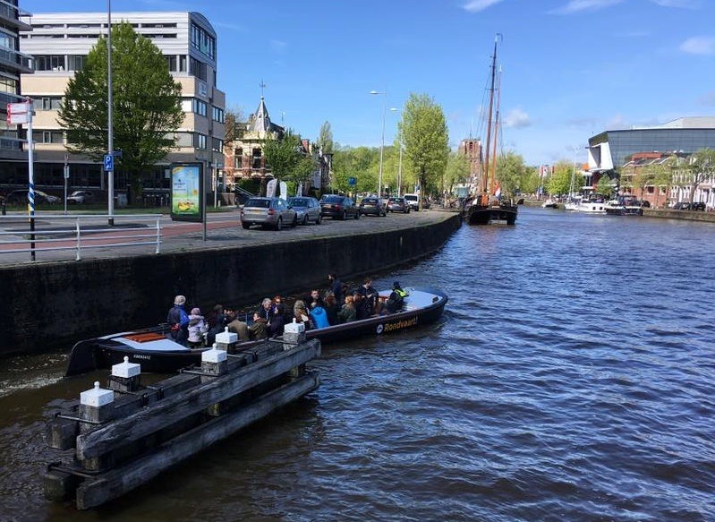 First of many barges taking attendees to the Classical Art Exhibition – photo © Corinna Wagner