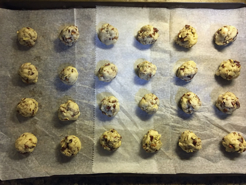 - Using a small spoon, scoop small balls of dough. They should be a little larger than a teaspoon.We got 24 cookies to fit on our sheet and then froze the rest of the dough for another day.Bake cookies for 30 minutes.