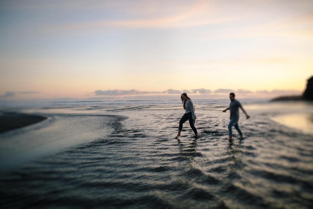 816-auckland-bethells-beach-engagement.jpg