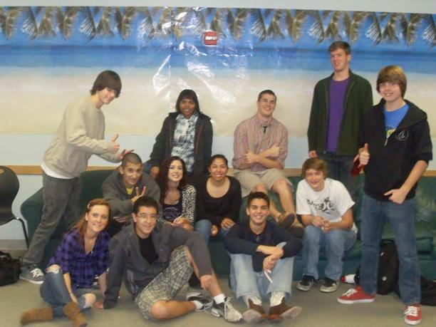 Victor e colegas de turma da Cedar High School