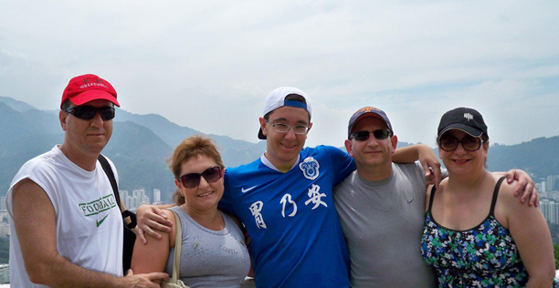 """Victor entre seus pais naturais, Daniel e Rosana e seus """"pais americanos"""", no Rio"""