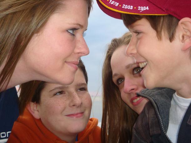 """Yael e seus três """"irmãos"""" na viagem de 2007"""