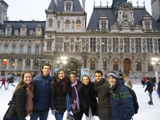 Yael com seus novos amigos em Paris