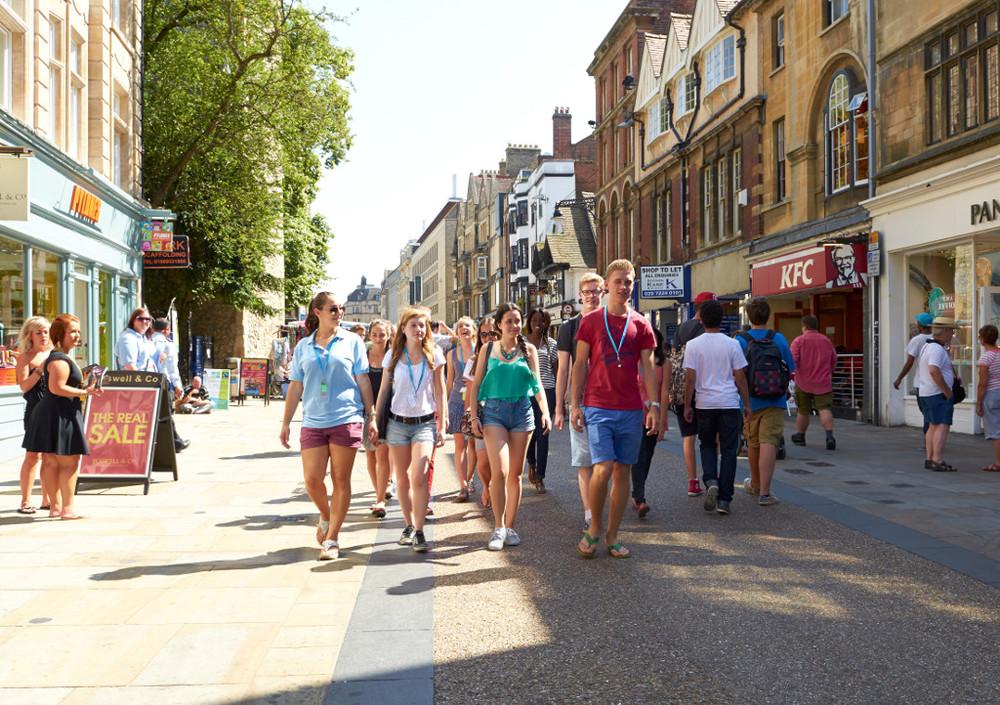 Estudantes desfrutando o tempo livre fazendo compras no centro de Oxford - 244