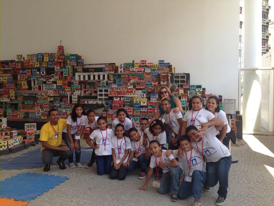 Os alunos com a coordenadora pedagógica Luisa Delgado de Carvalho e o professor Paulo Vitor Ferreira em uma das instalações do MAR