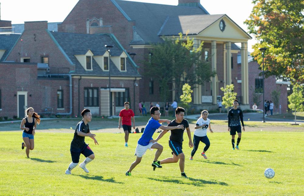 O colégio oferece uma ampla variedade de atividades direcionadas para os interesses dos alunos