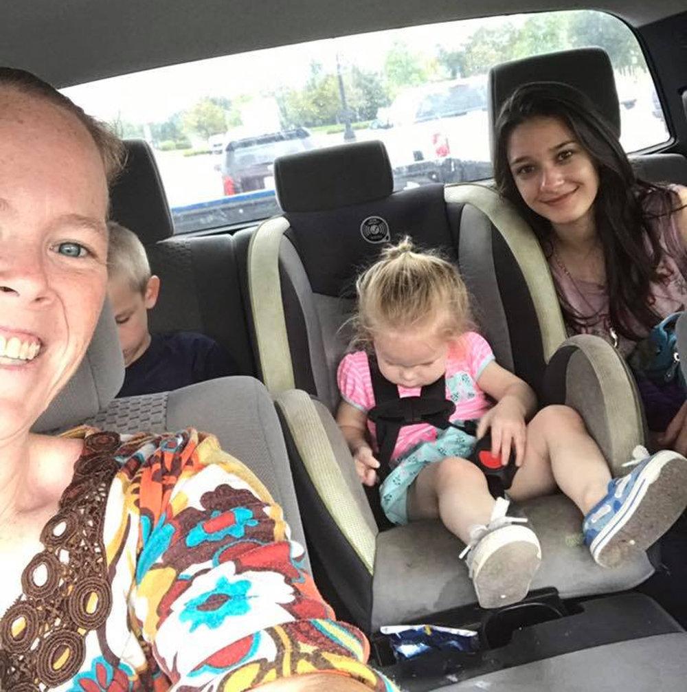 Ana Clara com sua host mom e sua irmãzinha a caminho de sua nova casa.