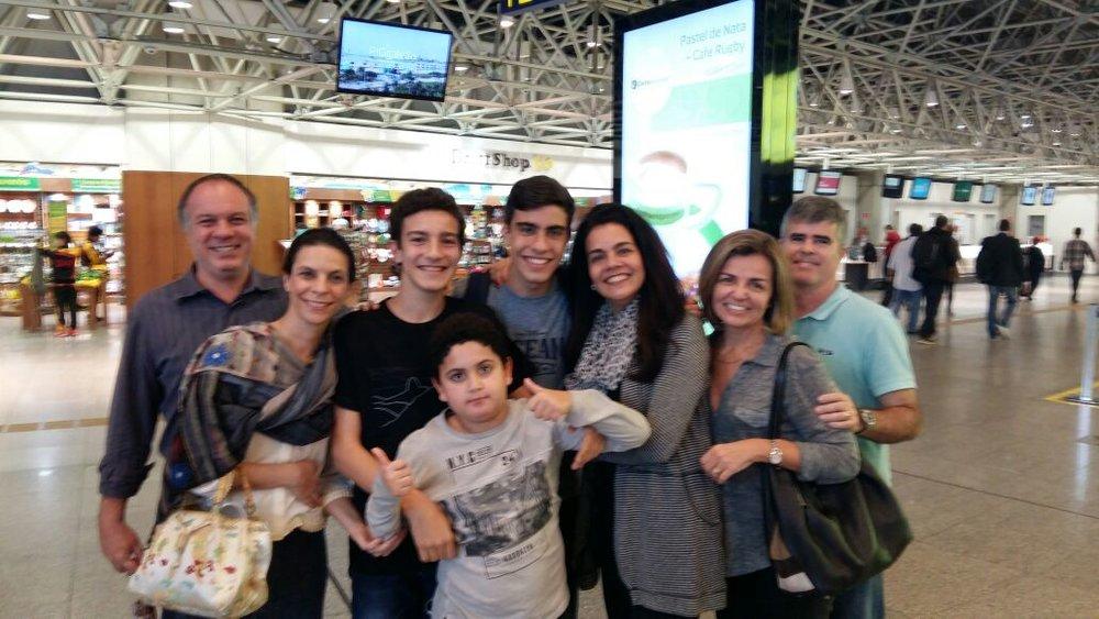 Eduardo no aeroporto com a família e ...