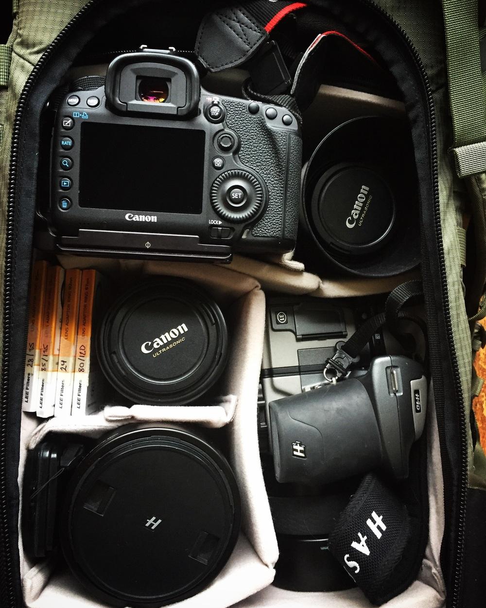 Canon & Hasseblad följer med som kompletterar varandra riktigt bra.