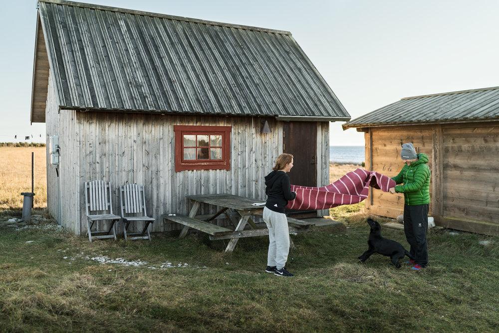 2016.12---19.-isabelle-kayla-jag-stugan-skaka-matta-gåsemora-fårö.jpg