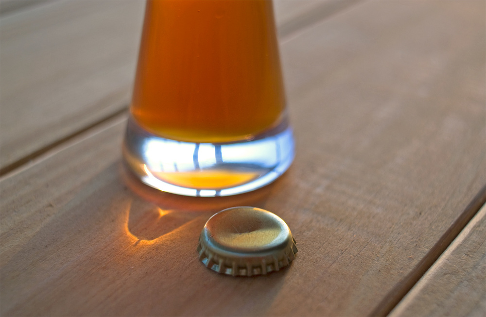 closeup_of_a_bottlecap_and_glass_of_dunkel.jpg