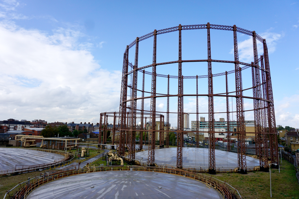 Noemi showed me the Bethnal Green gas holders iron structures, that you can see from the Oval Space building where Noemi's studio is. This is one of the places where she comes to drink a cup of tea and catch up with her neighbors