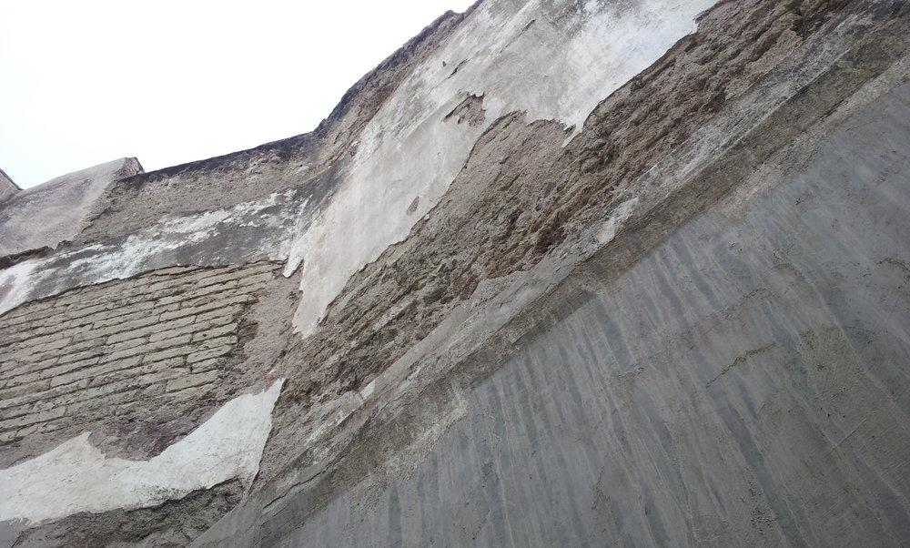 Como se ve, el Muro posterior estaba en  total abandono cuando se adquirió el inmueble catalogado Positos 81, en marzo del 2012, con fines de establecer la asociación civil Foro Cultural 81.