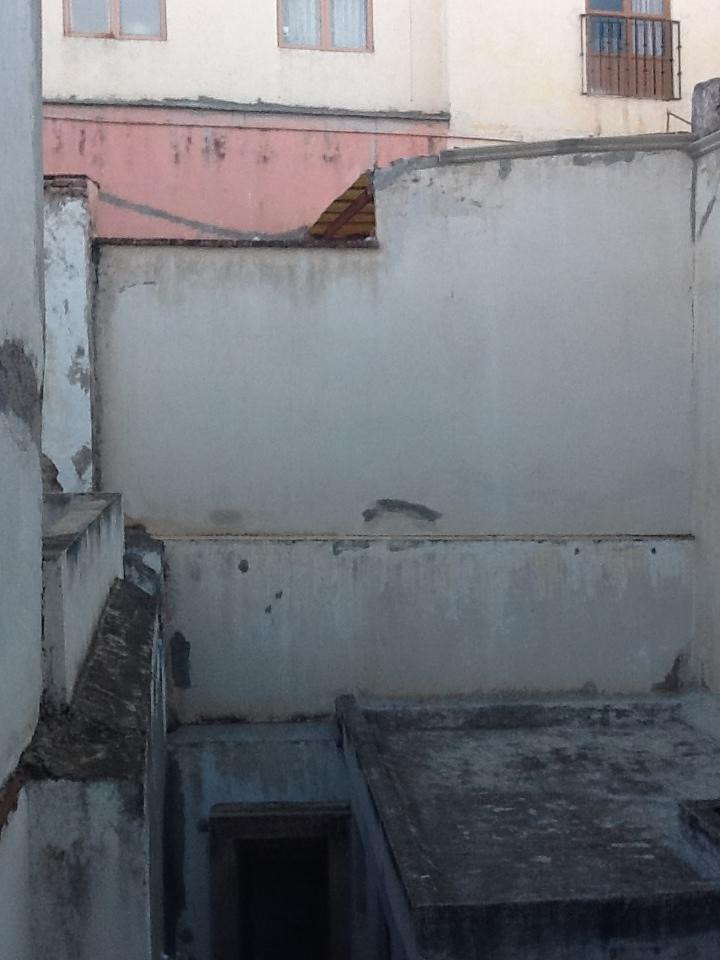 En esta imagen de cuando se adquirió el inmueble en marzo del 2012, se observa en la parte baja derecha que encima de la habitación donde se construyó la estructura  ya existía un murete. Es sobre ese murete donde se asentó  la estructura después de introducir castillos, no sobre el muro colindante divisorio de las dos fincas.