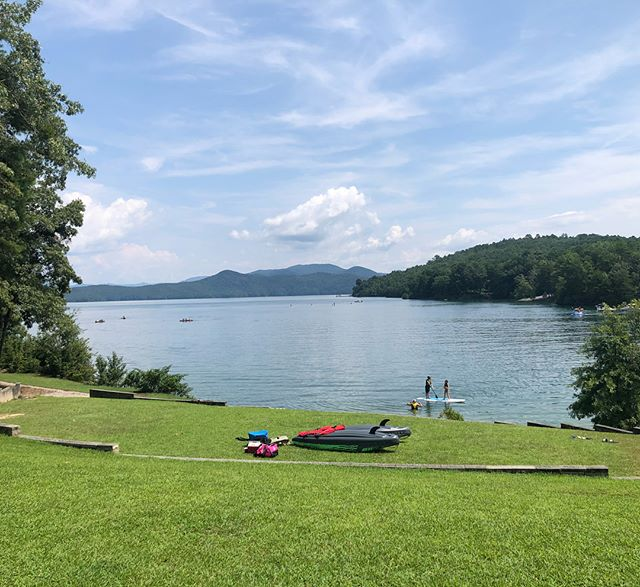 And that's a wrap! Our last group camp of 2018 is complete and our 20 campers were incredible! Their team support, enthusiasm and positivity shined during a 1-hour open water swim workout at Lake Jocassee followed by a very hilly 90-min interval long run this morning. They were all so strong you would have never guessed this was day 4 of camp!  Open water swim workout:  2 x ~300-400 warmup loops 3x loops as smooth, moderate, strong 1x cool down loop ~1800-2000+ meters  Run workout: 40 min smooth (20 min out and back) 20 min moderate (10 min out and back) 10 min strong (5 min out and back) 20 min FBRF (fatigue based running form) All with 2 min rest/reset between 10-11+ miles with 1000+ elevation gain #trimarni #triathlete #coach #lakejocassee #swimming #running @kadlo76