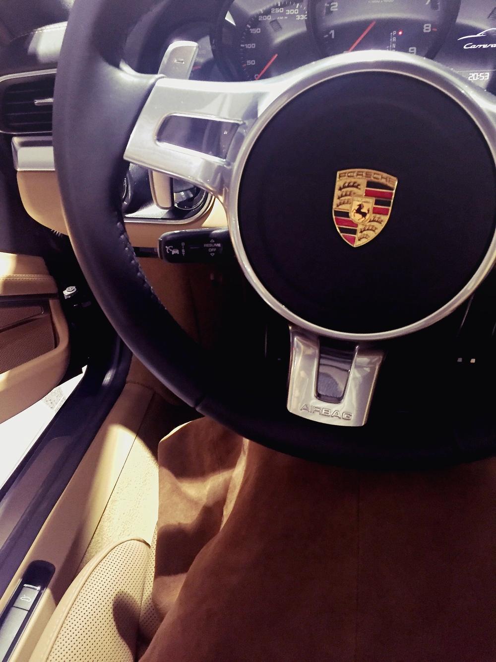 Det skjørtet matcher jo Porschen og..:)