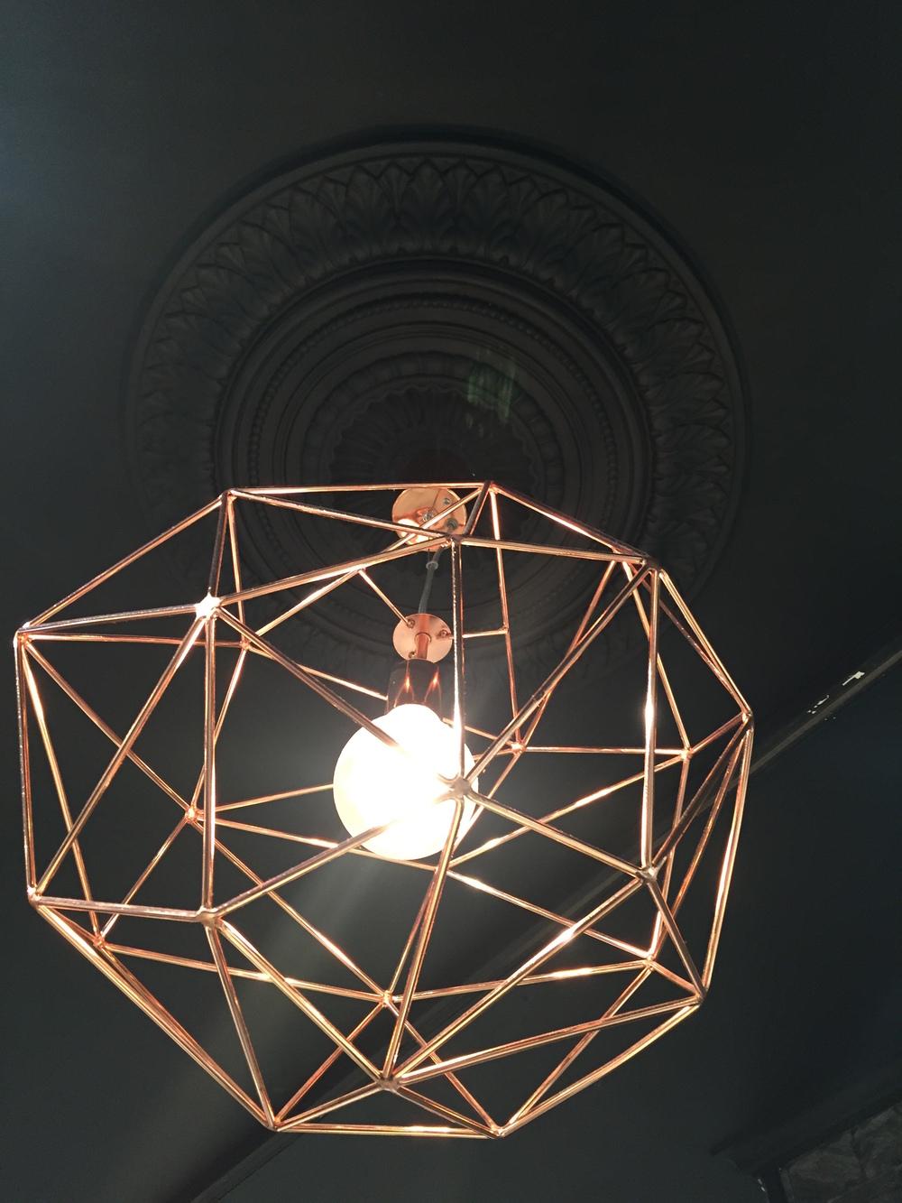 Elsker denne detaljen i taket hos B.Y.E, kontrasten mellom gammelt og nytt