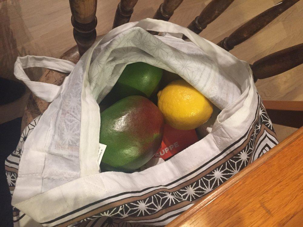 Flere fordeler med handlenett, de tåler mer, bedre å bære, ikke minst; de ser finere ut en plastposen fra matbutikkene ;)