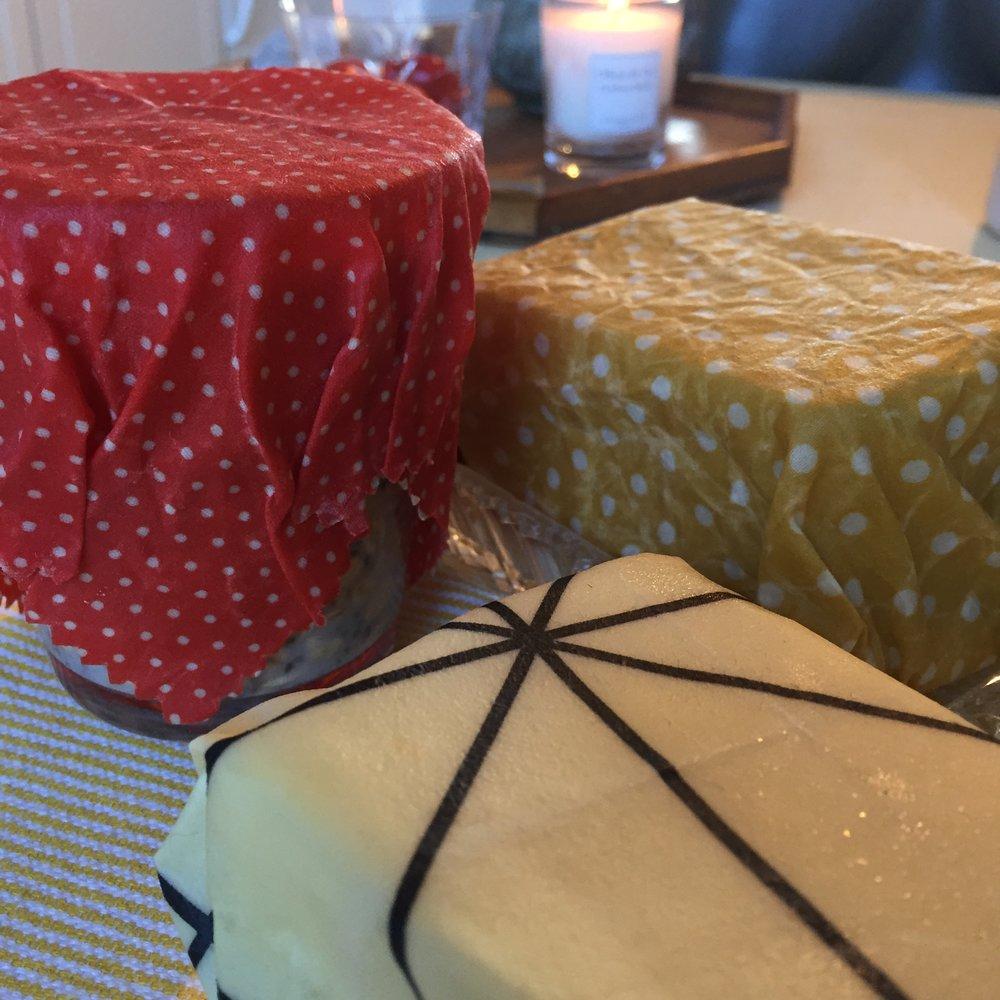 Tre nye kluter/wraps. En liten til å pakke inn et glass med chiagrøt, en litt større til brunosten og den største til hvitost.