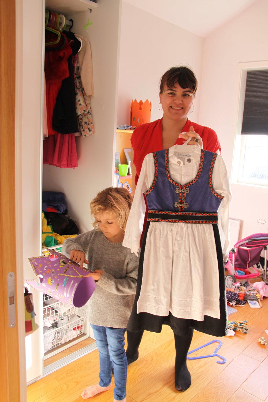 Vilja og Merete med en draktkjole hun har kjøpt på et bruktmarked
