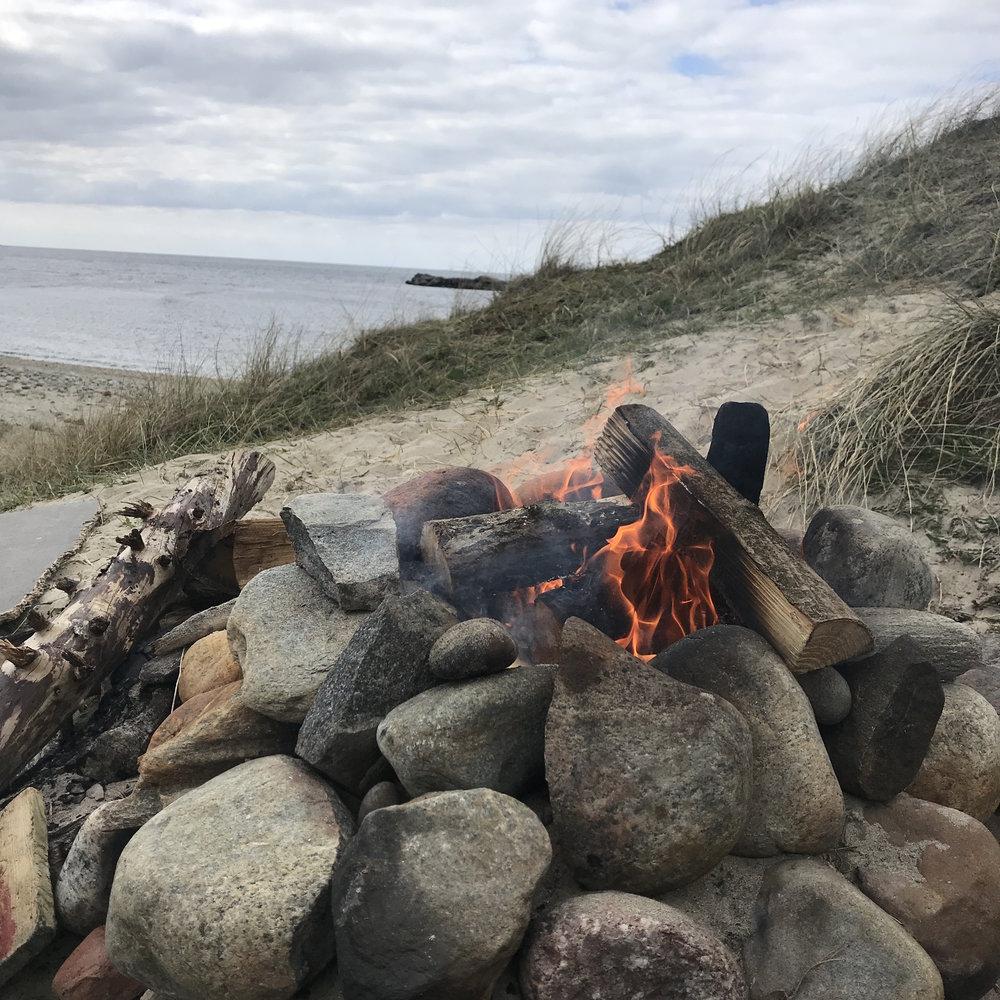 Lukten, lyden og synet. Når vinden fortsatt er bitende kald på Jæren og setter seg i marg og bein er et bål varmt velkomment.
