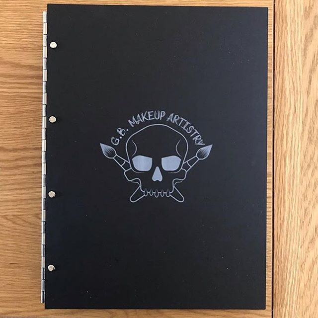 Thanks for the feature @gb_makeup_artistry 👌 // #MYFOLIO - - - - - - - #makeup #makeupartist #madeinlondon #folder #beautiful #book #custom #customportfolio #personalisedportfolio #logo #design #madeinlondon #mua #folder #creative #black #engraved #lazer #friday