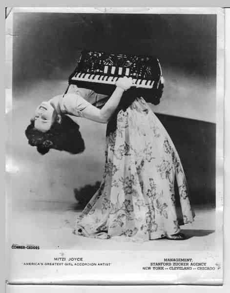 debtcircus: Mitzi Joyce - bendy accordion player! This makes me happy.