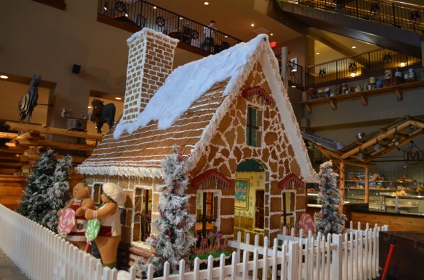 Gingerbread-House-Great-Wolf-Lodge-21.jpg