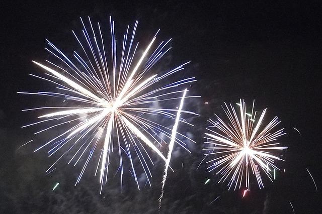 fireworks-1203585_640.jpg