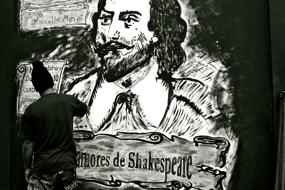 Director Marcello Melo of the play 'Os Amores de Shakespeare' (literally, The Loves of Shakespeare) painting the advertisement for his play.  Teatro do Vidigal.